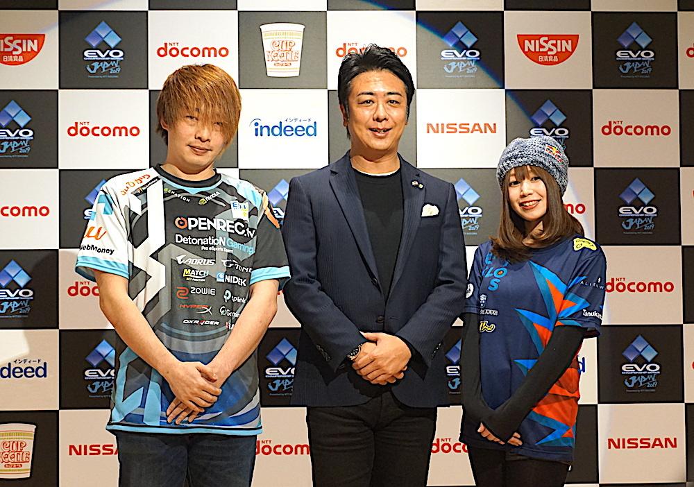 笑顔でフォトセッションに臨む髙島市長と両選手
