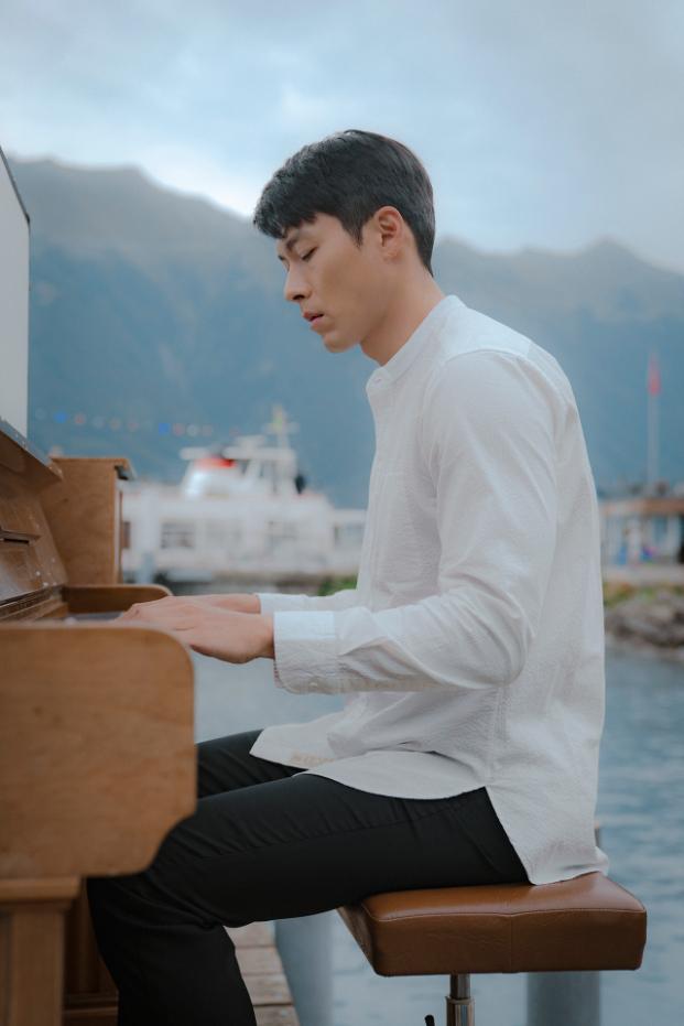 小道具展示されるピアノ演奏シーン