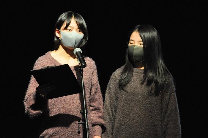 現役中学生のクラシックギターデュオ「Duo chouchous」の岩瀬玉青(左)と宇山心奈(右)。「クラシックから映画音楽まで、様々な曲を演奏します。クラシックギターの良さを伝えられられるようにがんばります」。