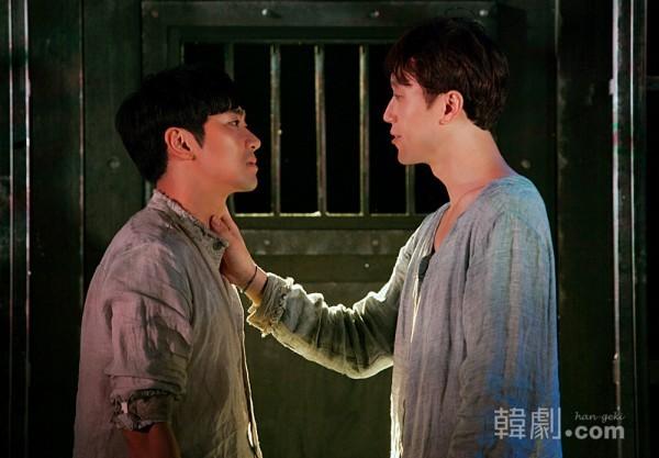 『蜘蛛女のキス』公演写真より(左:バレンティン役 ソン・ヨンジン、右:モリーナ役 イ・ミョンヘン) ©AGA COMPANY