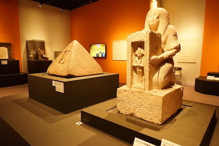 左:《アメンヘテプ・フイのピラミディオン》(紀元前1390年〜1353年頃)、右:《ホルミンの供養像》(紀元前1290年〜1213年頃)