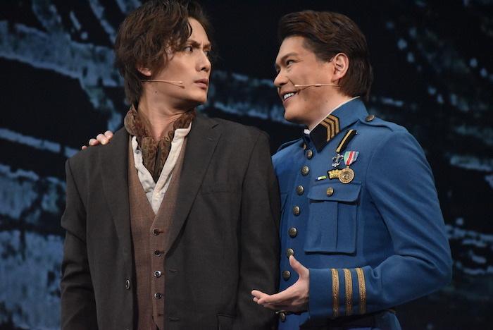 アルマンを演じる加藤和樹(左)とラドゥーを演じる佐藤隆紀