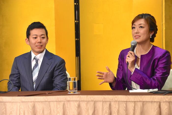 藤山扇治郎と北翔海莉(左から)