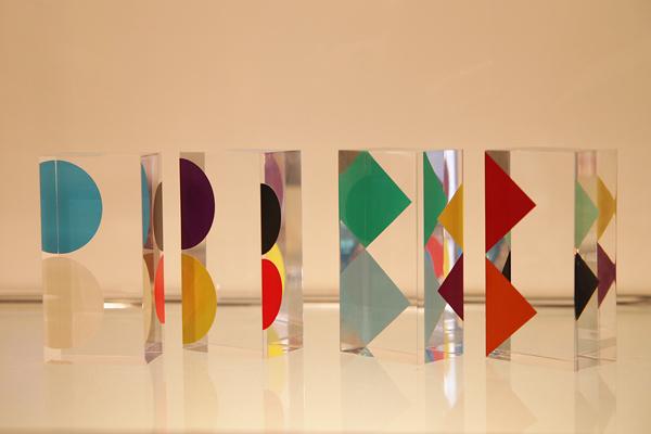 ヤーコブ・アガムの作品「ランデヴー」 置く位置によって図形が絶妙に変化する。
