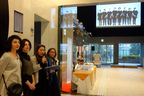 左からガブリエラ・マンガノ、シルヴァーナ・マンガノ、岡村恵子氏 作品:ガブリエラ・マンガノ&シルヴァーナ・マンガノ《そこはそこにない》2015/シングルチャンネル・ヴィデオ/作家蔵 Courtesy of Anna Schwartz Gallery, Melbourne