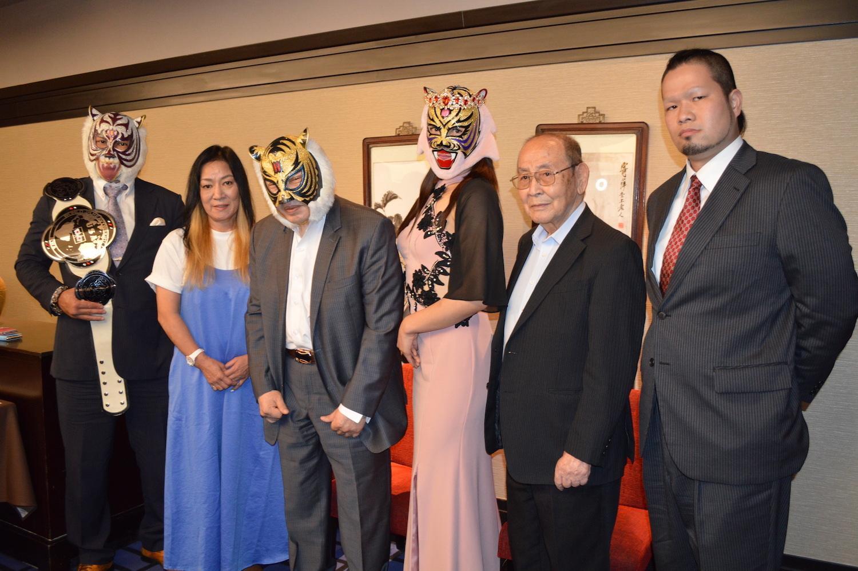 記者会見に出席した左からスーパータイガー、ジャガー横田、初代タイガーマスク、タイガー・クイーン、新間寿会長、間下隼人