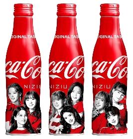 """NiziUのオリジナルデザインボトルが登場 """"「コカ・コーラ」スリムボトル NiziUデザイン""""が全国で発売"""