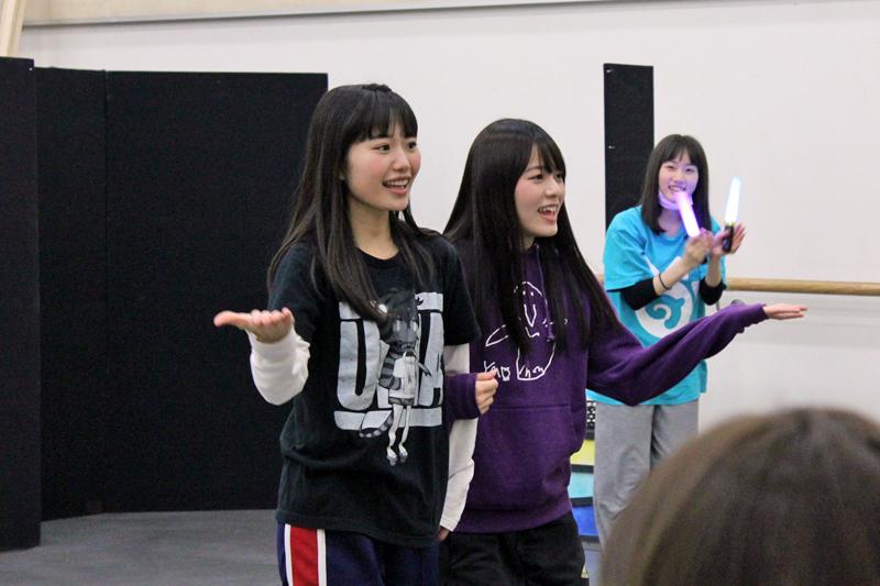 コウテイペンギン役・根本流風(左)とジェンツーペンギン役・田村響華(右)