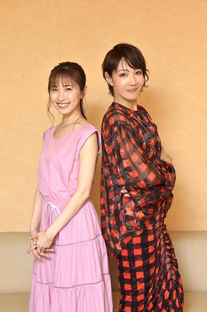 撮影時に「背中合わせとかしてみる?」とリードする柚希さんと、それに合わせて寄り添う実咲さん