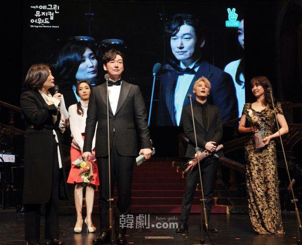 「人気賞」授与の様子。写真左から:パク・キョンリム(MC)、グ・ウォニョン、チョ・スンウ、キム・ジュンス、オク・ジュヒョン