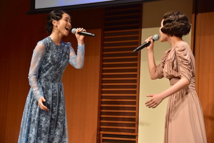 歌唱を披露する葵わかな(右)と木下晴香