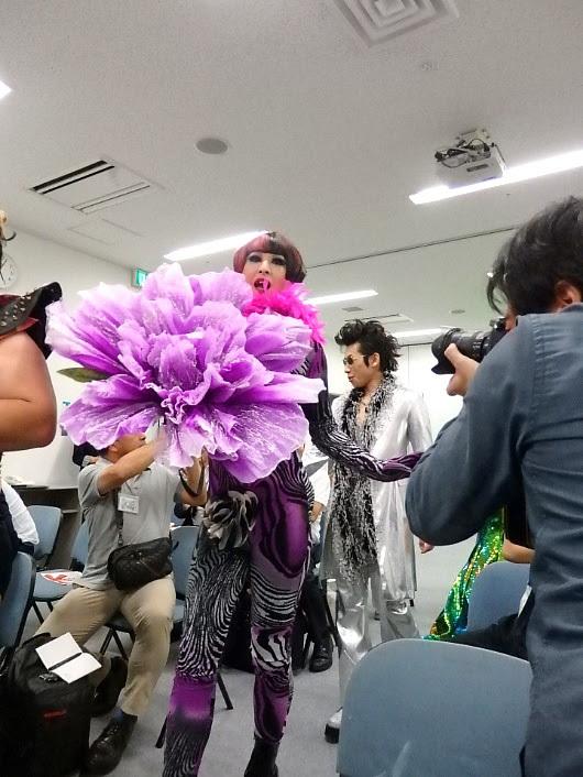 記者席から登場した織田信成とFoxy-o with エンジェルズたち