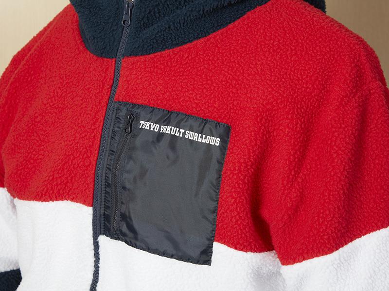 胸元には球団名が入ったファスナーポケットが