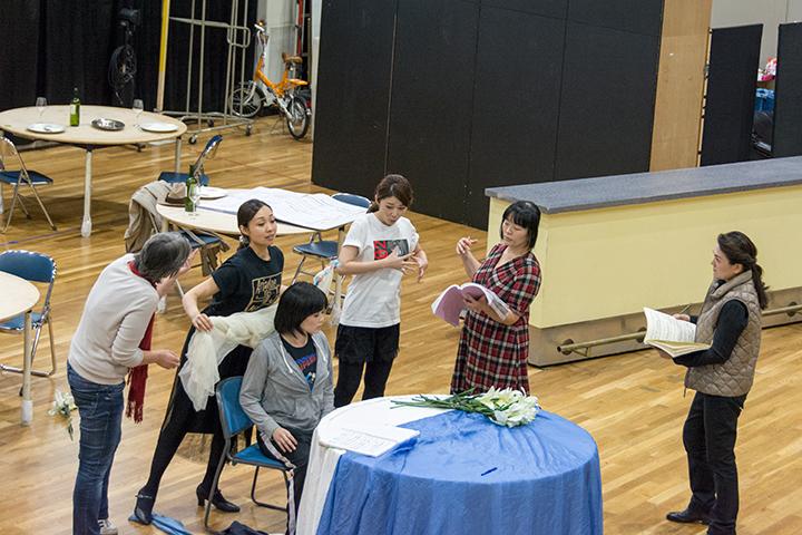 左より)カロリーネ・グルーバー、清野友香莉(ツェルビネッタ)、杉山由紀(作曲家)、髙橋唯(ツェルビネッタ)、 太田麻衣子(演出助手)、白理香(作曲家)