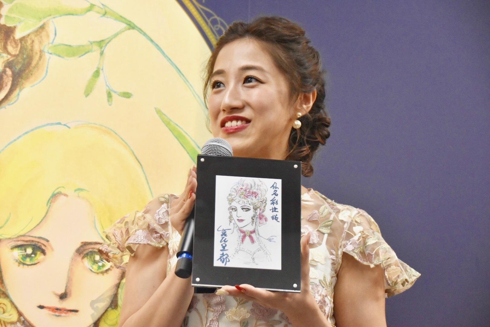 「一生の宝物」と仙名が紹介したのは、萩尾望都直筆のシーラの似顔絵。宝塚版『ポーの一族』の東京公演中に、楽屋に届けられた。