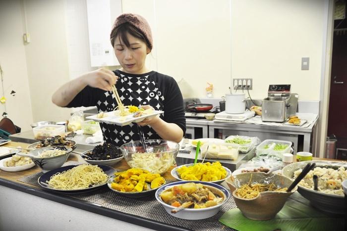 1Fの[はっちゃんの台所]。おかずを自由に選べるお弁当やランチが人気。はっちゃん弁当500円。日替わりランチ700円~。