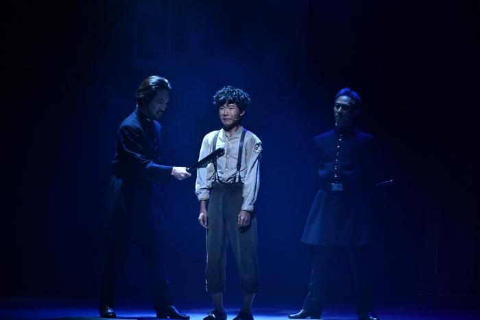ミュージカル『オリヴァー・ツイスト』未来和樹(中央)  (撮影:中岡美樹)