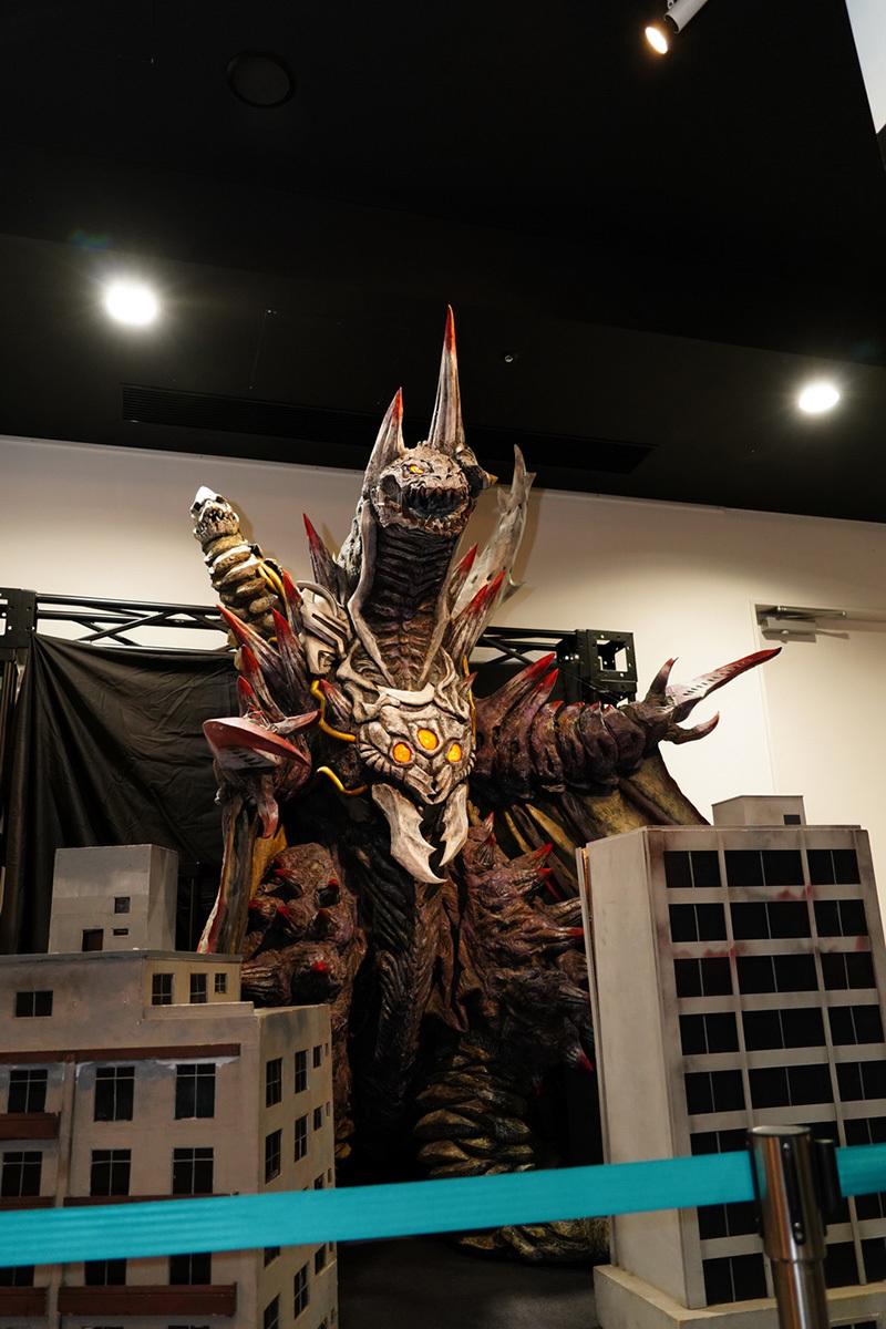 ウルトロイドゼロの身体を突き破って生まれ、様々な怪獣のパーツが溶け込んでいるデザインのデストルドス。そんな細かなディテールもしっかりチェック可能だ (c)円谷プロ