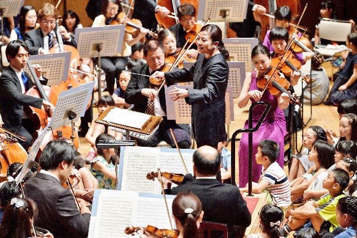 舞台の楽団員のすぐそばで演奏を聴ける特別なチャンスも用意 (c)青柳聡
