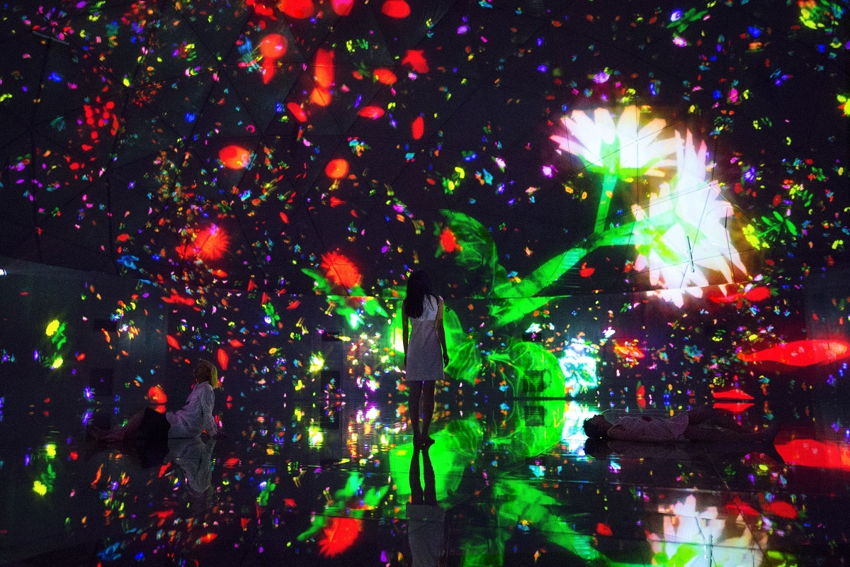 Floating in the Falling Universe of Flowers teamLab, 2016, Interactive Digital Installation, Endless, Sound: Hideaki Takahashi