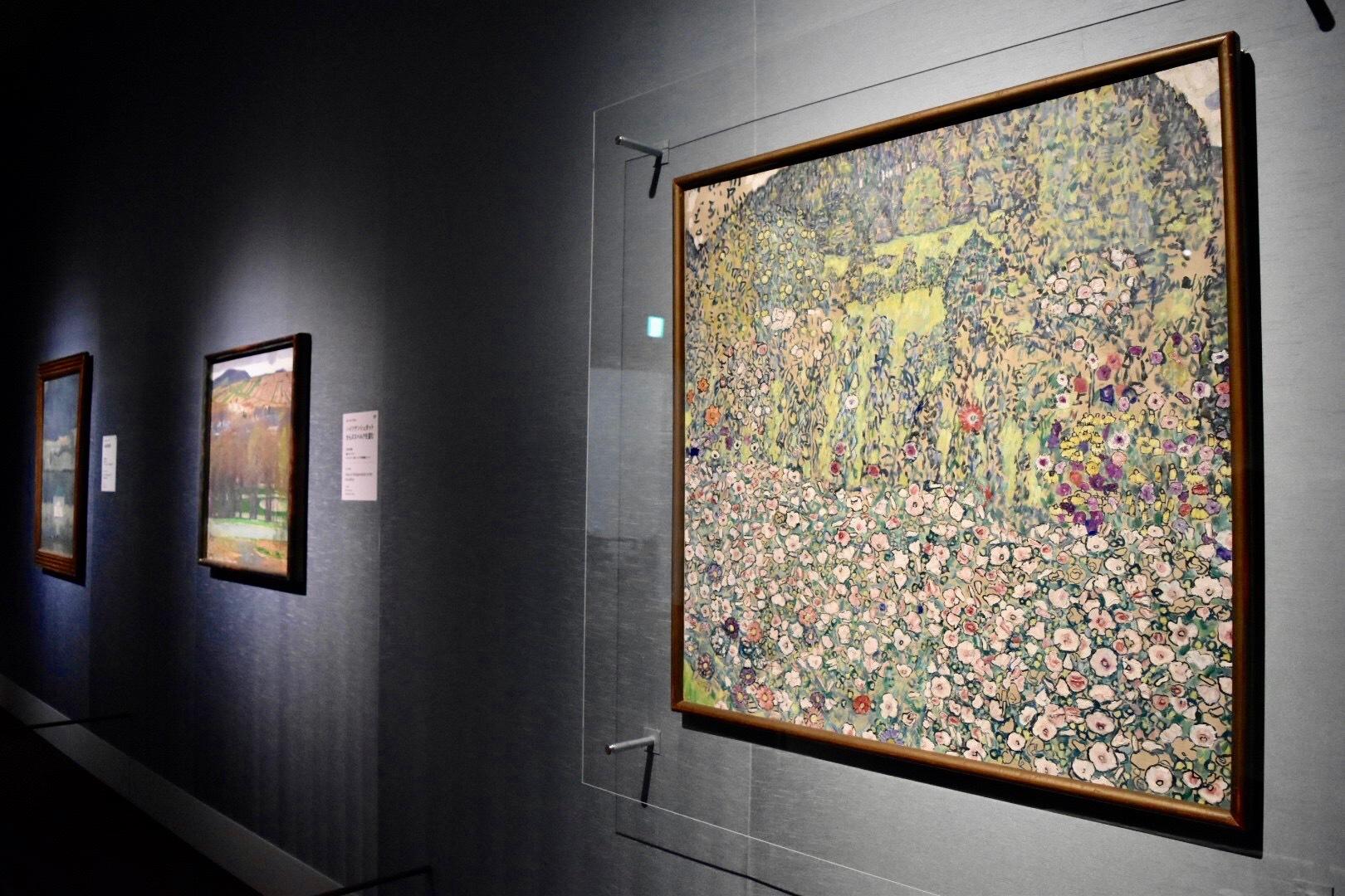 右:グスタフ・クリムト 《丘の見える庭の風景》 1916年頃 ツーク美術館蔵(カム・コレクション財団から寄託)