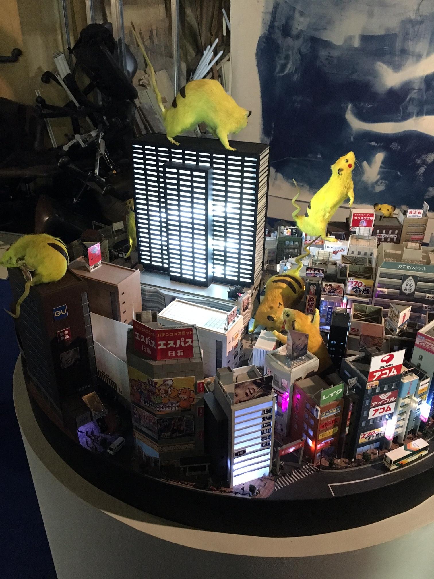 SUPER RAT -Diorama Shinjuku- 新宿の街のジオラマには歌舞伎町振興組合ビルもあった。
