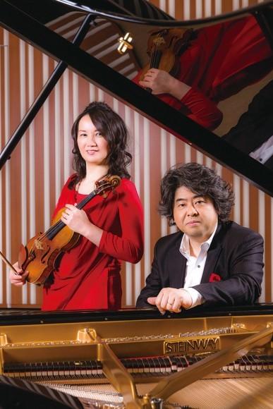 鈴木理恵子(ヴァイオリン) & 若林 顕(ピアノ)  ©Wataru Nishida