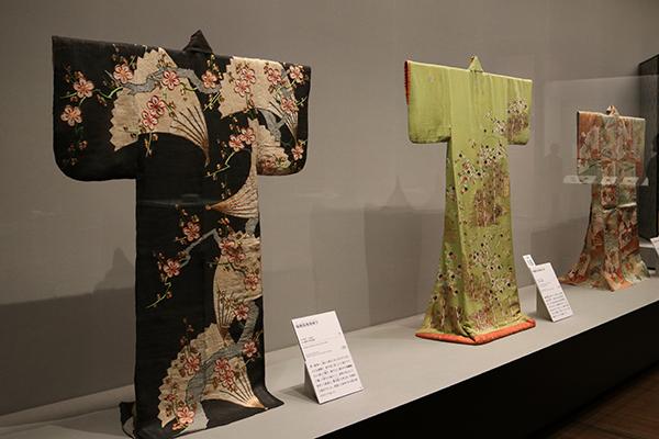 左:《梅樹扇模様帷子》江戸時代 18世紀(女子美術大学美術館蔵)(展示期間:11/28〜12/10)