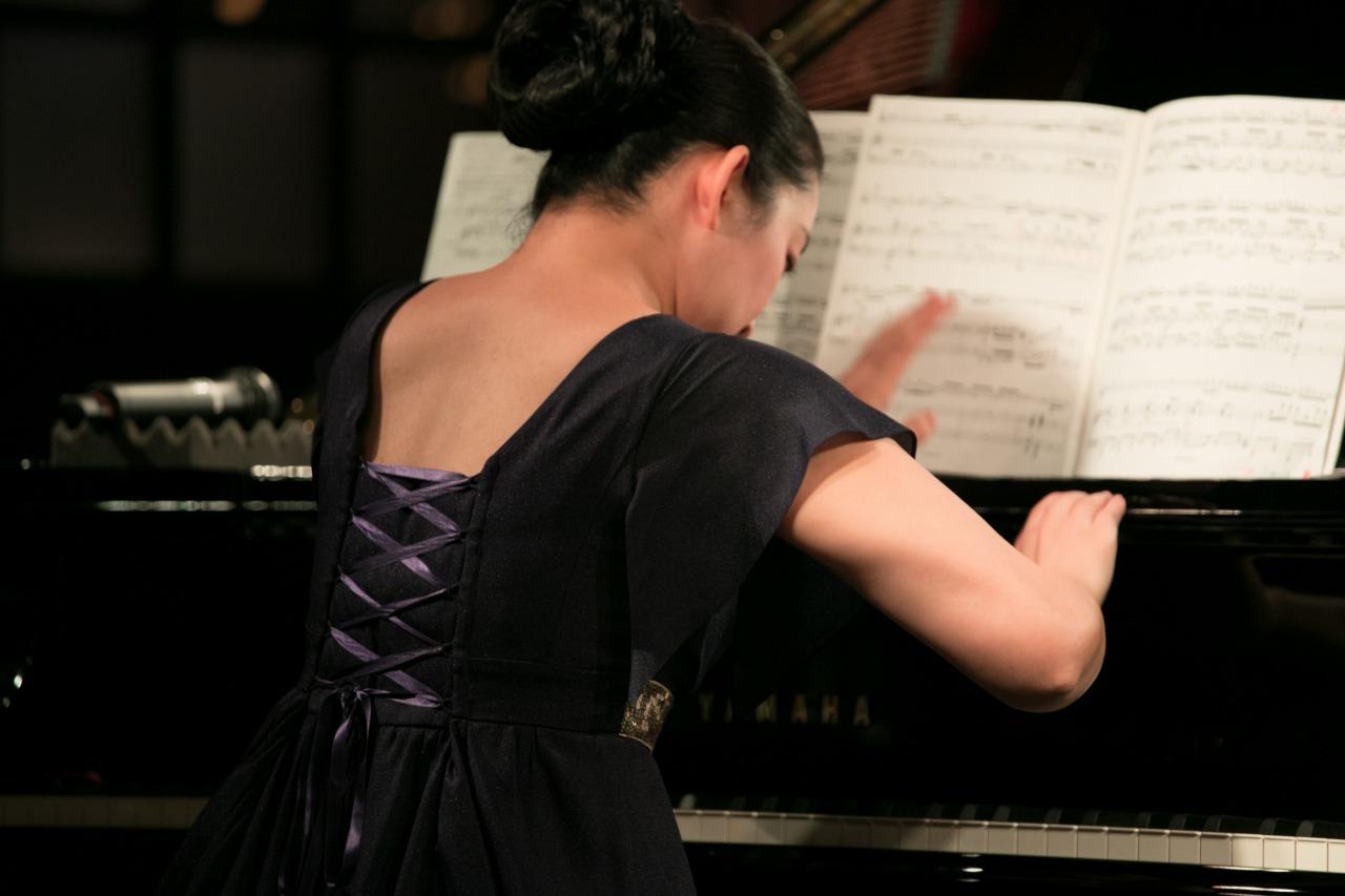 ピアノをたたく坂本