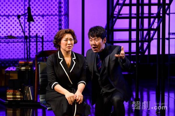 ダイアナ役のチョン・ヨンジュ(左)とマッデン医師役のイム・ヒョンス