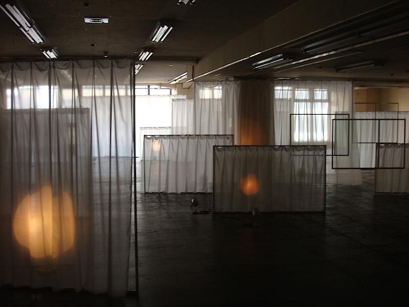 《PAUSE(2016)》風に吹かれるカーテンをじっと眺めていると、所々で光が緩やかに点滅。どこか懐かしい、いつまでも佇んでいたくなるような空間