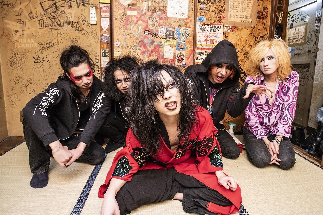 首振りDolls:L⇒R Rakuカワサキ(Guitar)、Johnny Diamond  (Guitar)、nao (Vocal,Drums)、TRASH ART WORKS(VJ)、John(Bass)