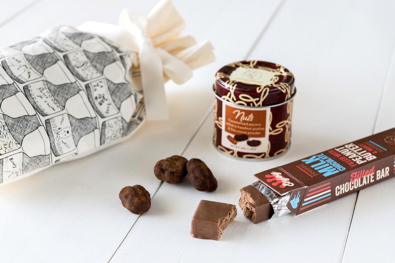 escher×イスラエル発祥ブランドMAX BRENNER ナッツ(40g)とミルクチョコレートバー 1,800 円(税込)