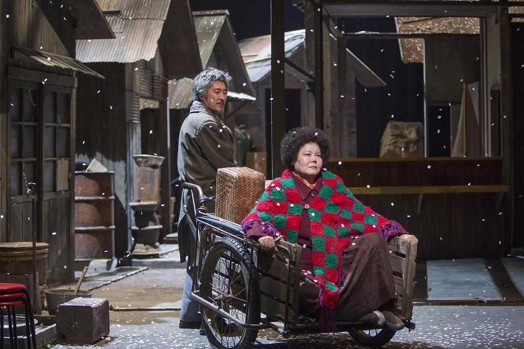 鄭義信『焼肉ドラゴン』 (右から)ナム・ミジョン、ハ・ソングァン  撮影:谷古宇正彦(2016年)