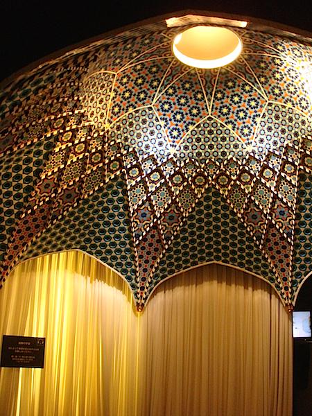 常設展示室の1階にある、イスラームのタイル張りドーム天井を再現した部屋。天窓からの外光を照明で表し、朝、昼、夕方、夜…と移り変わる光と影を体感できる