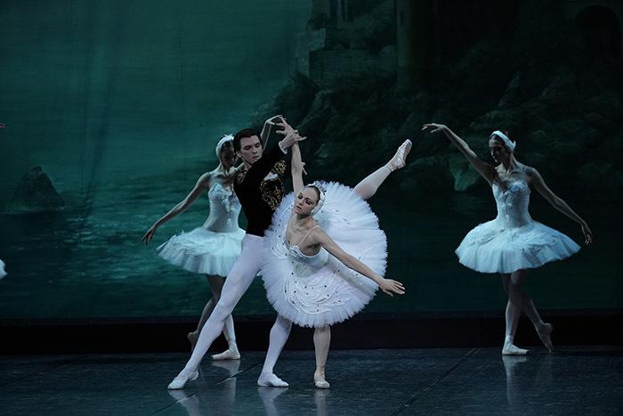 エレーナ・フィリピエワ(手前) ニキータ・スハルコフ(左)『白鳥の湖』