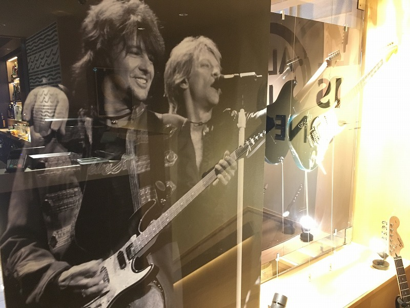 2階にあるリッチー・サンボラのサイン入りギター。日本公演の写真も並ぶ