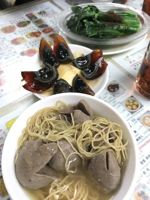 会場を出て地元のローカル飯も味わえます ©奥浜レイラ