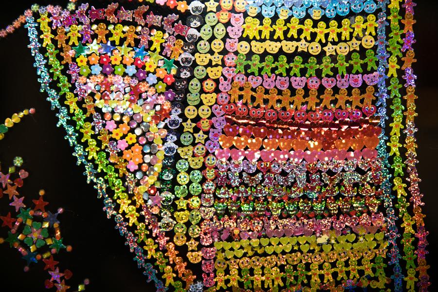 《Sticker mosaic》シリーズ(部分)。小学生がお小遣いで買い、ノートや手帳に貼るようなシールだ。