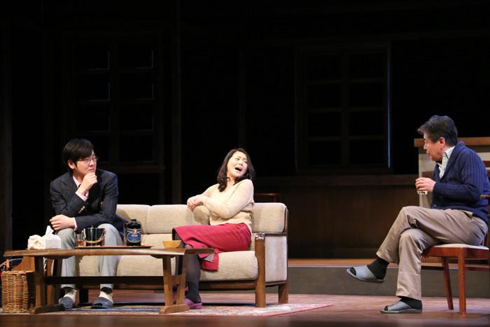 『家庭内失踪』(右から)風間杜夫、小泉今日子、坂本慶介