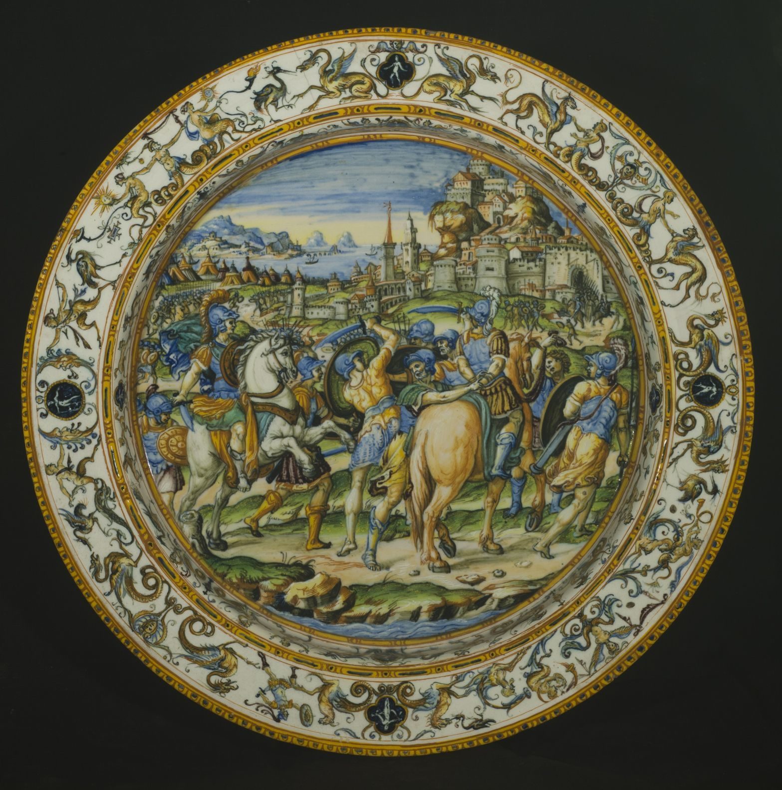 ウルビーノ窯、パタナッツィ工房《市民を救うカエサル》が描かれた大皿 1580–90年頃 バルジェッロ美術館 © Gabinetto Fotografico delle Gallerie degli Uffizi