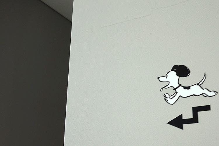 壁のいたるところに案内役が。 (C) Peanuts Worldwide LLC