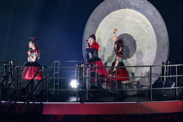 「BABYMETAL WORLD TOUR 2016 LEGEND -METAL RESISTANCE- BLACK NIGHT」の様子。(Photo by MIYAAKI Shingo)