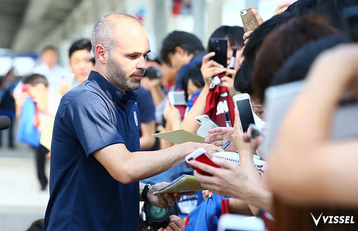 18日(水)に来日したイニエスタ。関西国際空港には大勢のファンが集結した