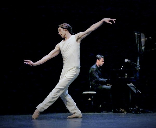 ジョルジュ・ヴィラドムスが奏でるドビュッシー作曲『月の光』で踊るエルヴェ・モロー (C)Francette Levieux