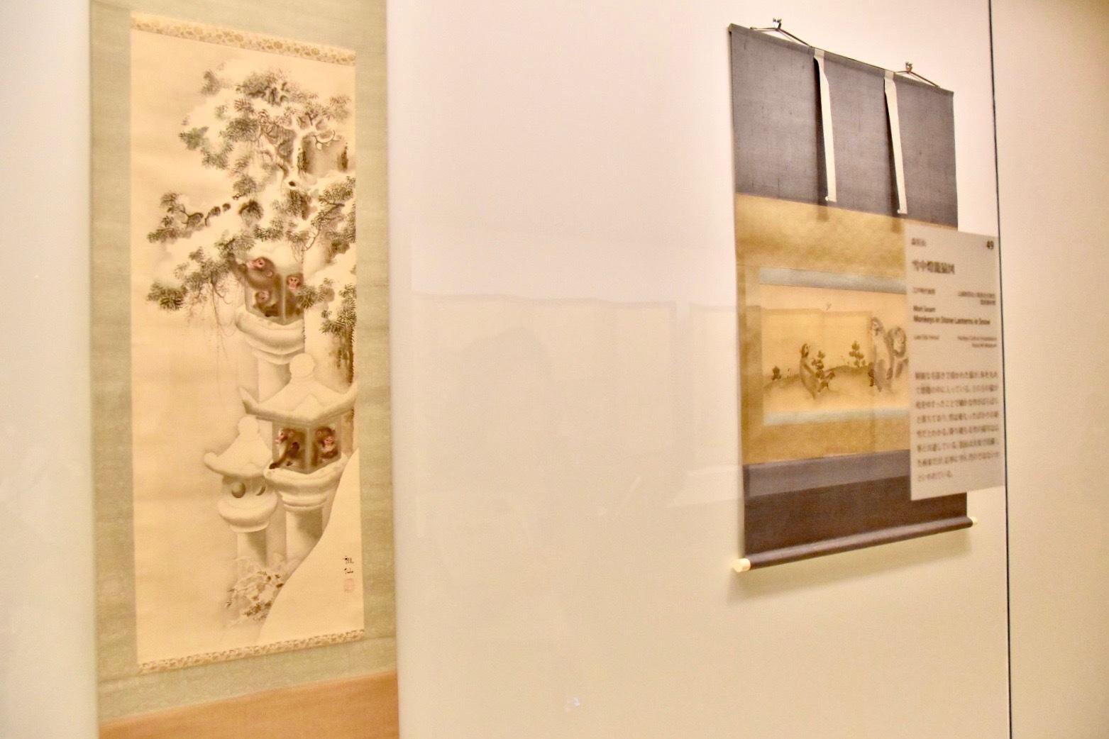左:森狙仙 《雪中燈籠猿図》 江戸時代後期 公益財団法人阪急文化財団 逸翁美術館蔵 東京展:前期展示
