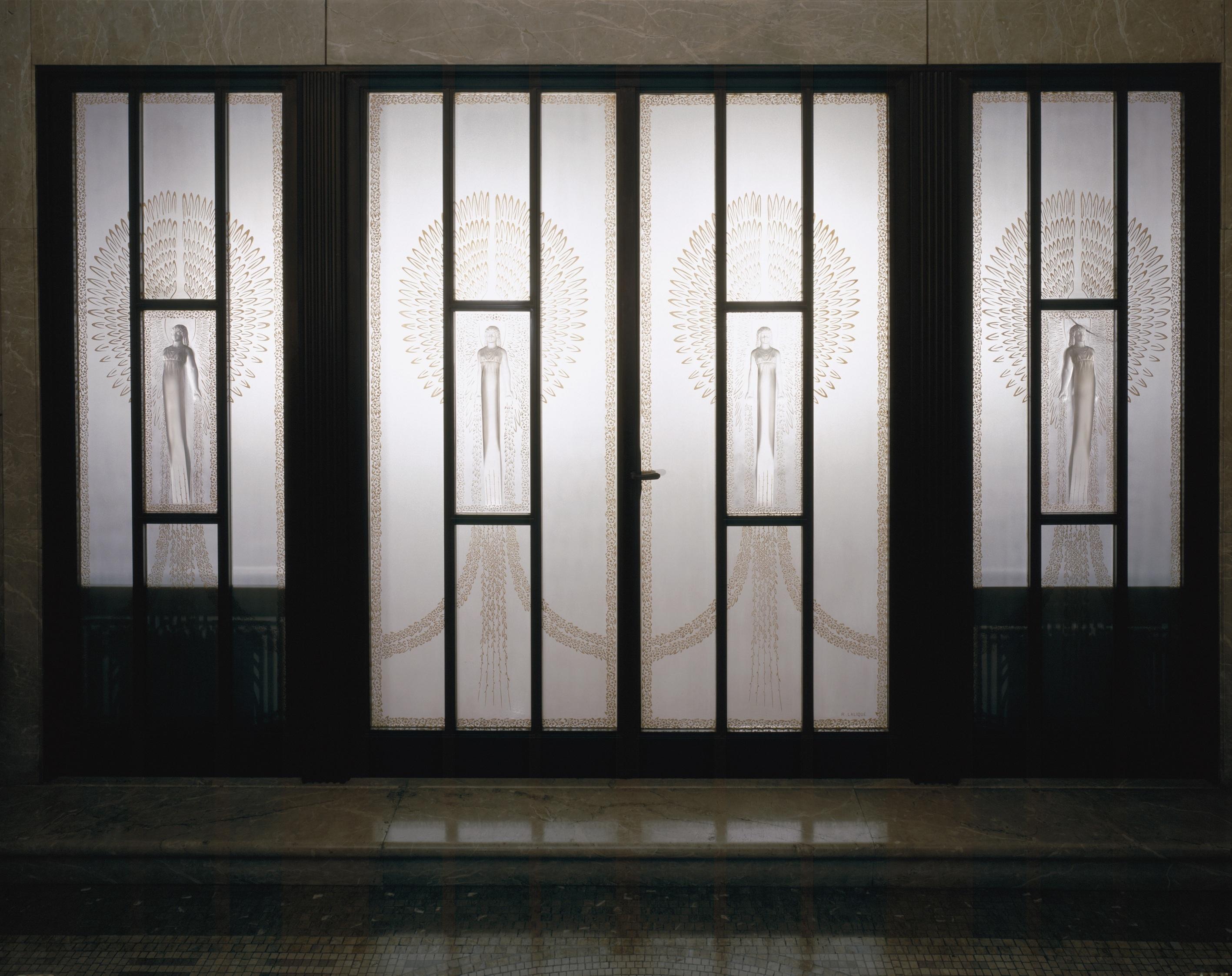 正面玄関 ガラスレリーフ扉 ルネ・ラリック