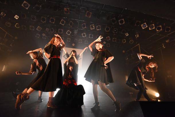 BiSH「IDOL is SHiT」東京・LIQUIDROOM公演の様子。