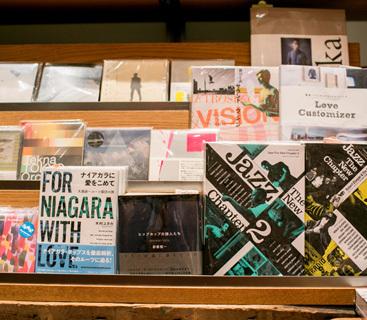 棚に並べられている書籍は、購入することもテーブルで読むことも可能。書籍は、選書家幅允孝氏が担当をしている。音楽書籍も充実している。