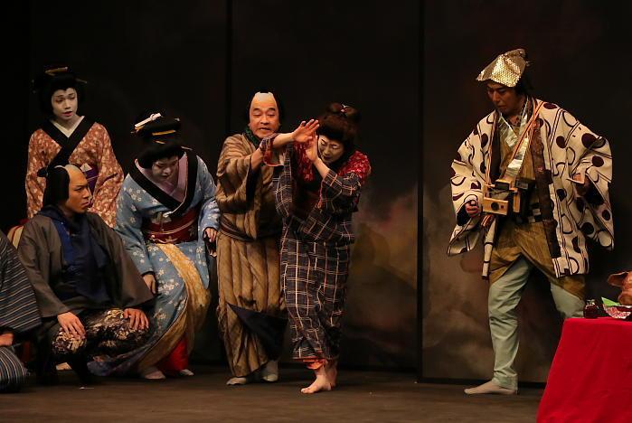 六本木歌舞伎 第二弾『座頭市』ゲネプロより 寺島しのぶが二役早替の一場面